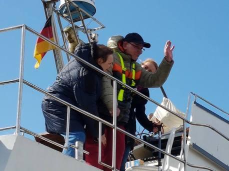 Uwe und Ute auf seinem Schiff Sabine